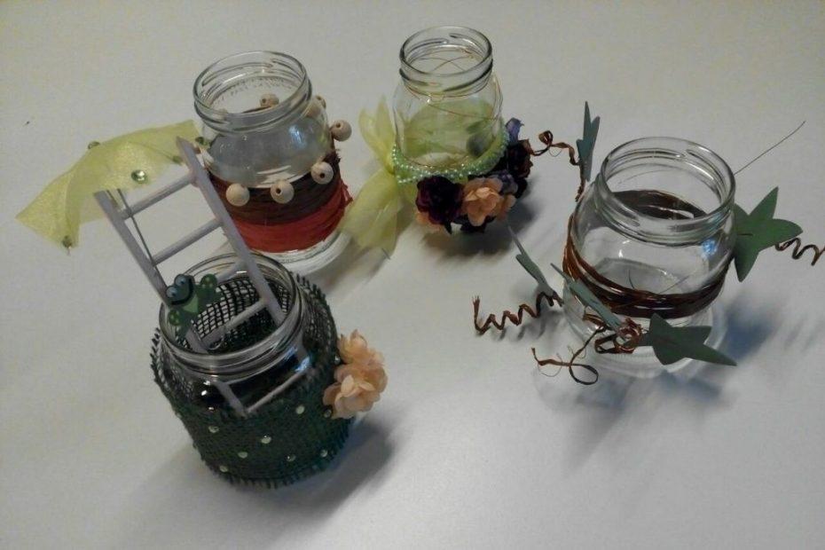 Bunt verzierte Marmeladengläster als Teelichter