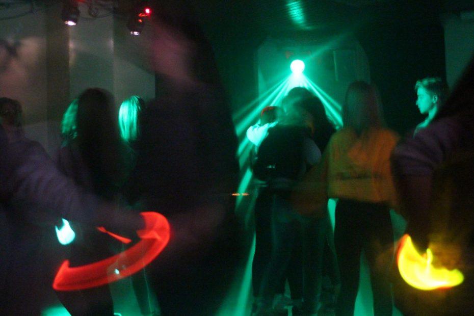 Eine Gruppe Jugendliche feiert und tanzt