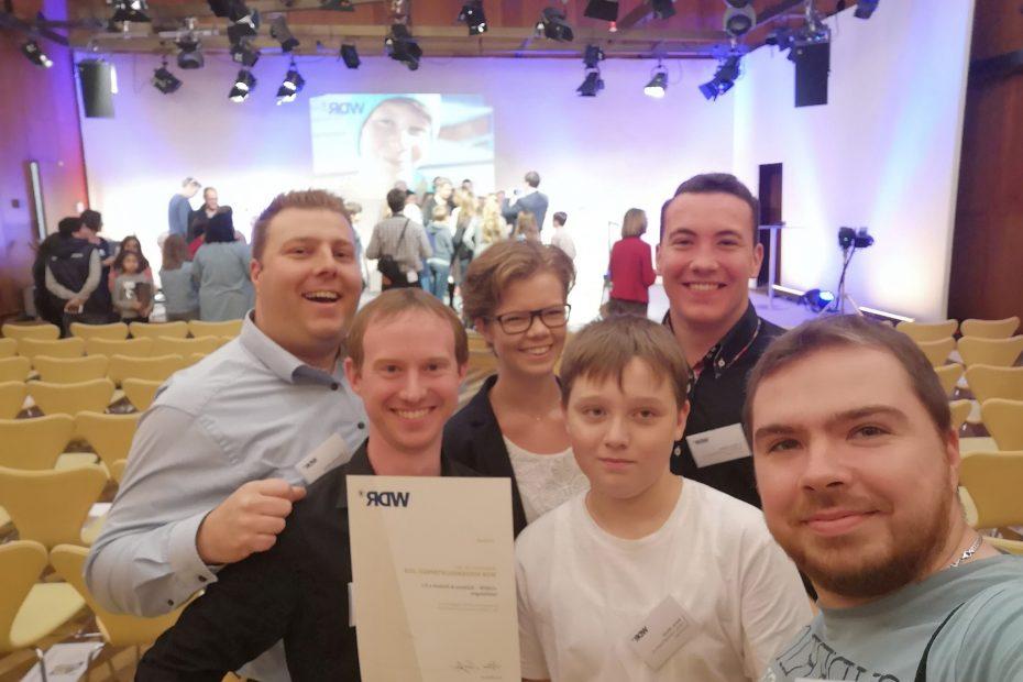 Eine Gruppe CREW-Ehrenamtler mit Urkunde beim WDR in Köln