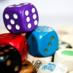 Verschiedene bunte Spielwürfel