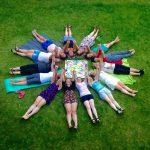Foto von jungen Menschen, die auf einer Wiese liegen