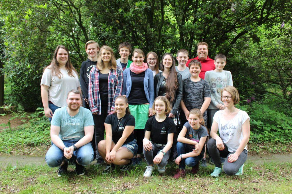 Eine Gruppe junger Menschen auf einer WIese