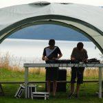 Zwei Jugendliche unter einem Shelter mit DJ-Epuipment.