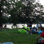 Junge Menschen auf Air Loungern auf einer Wiese.