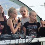Junge Menschen singen Karaoke.
