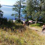 Jugendliche gehen einen Weg runter Richtung See.
