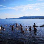 Jugendliche baden im See
