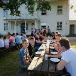 Viele Junge Menschen an Tischreihen.