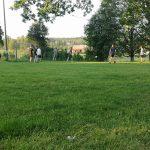 Jugendliche spielen Fußball.