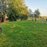 Jugendliche spielen Wikingerschach.