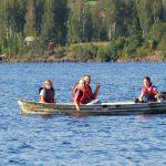 Junge Menschen auf einem Motorboot auf einem See.