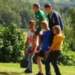 Eine Gruppe Jugendlicher bildet eine Pyramide.