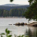 Ein See, im Hintergrund Bäume.