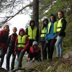 Ein Gruppenfoto mit jungen Menschen an einem Hang.