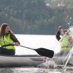 Junge Menschen im Kanu.