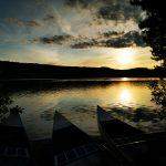 Ein Sonnenuntergang über einem See.