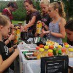 Junge Menschen mixen Cocktails.