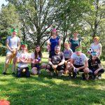 Ein Gruppenfoto von jungen Menschen die Quidditch gespielt haben.