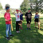 Jugendliche bereiten sich auf eine Runde Quidditch vor.