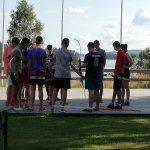 Eine Gruppe junger Menschen beim Bogenschießen.