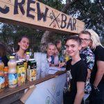 Junge Menschen an einer Cocktailbar.
