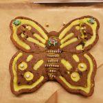 Ein Geburtstagskuchen in Form eines Schmetterlings.