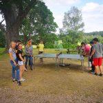 Junge Menschen spielen Tischtennis.