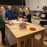 Junge Menschen backen in der Küche.