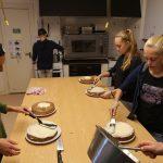 Junge Menschen backen in einer Küche.
