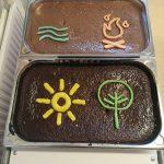 Zwei Kuchen mit den Symbolen des CREW-Logos.