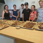 Junge Menschen in einer Küche haben Zimtschnecken gebacken.