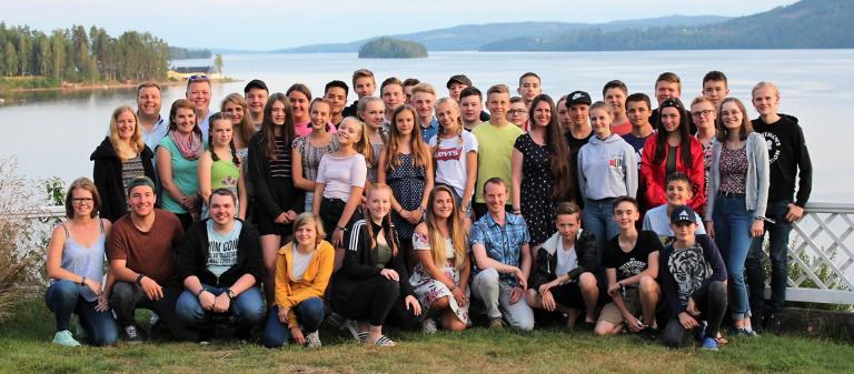 Gruppenbild von Jugendlichen am See