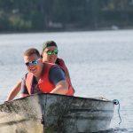 Zwei junge Männer in einem Motorboot.
