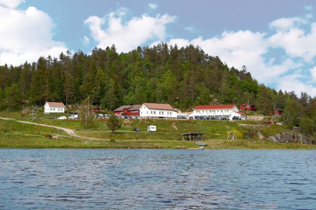 Ansammlung von Häusern am Rande eines Sees