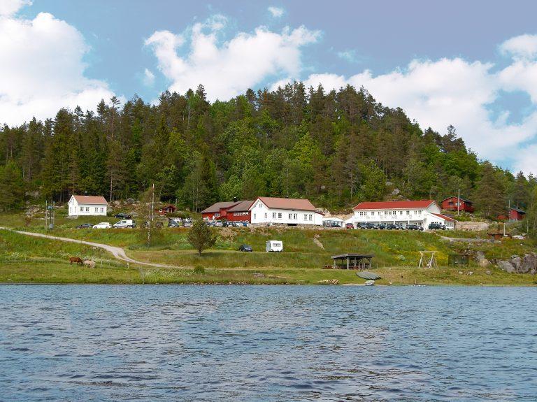 Häuser am See mit Bergen im Hintergrund