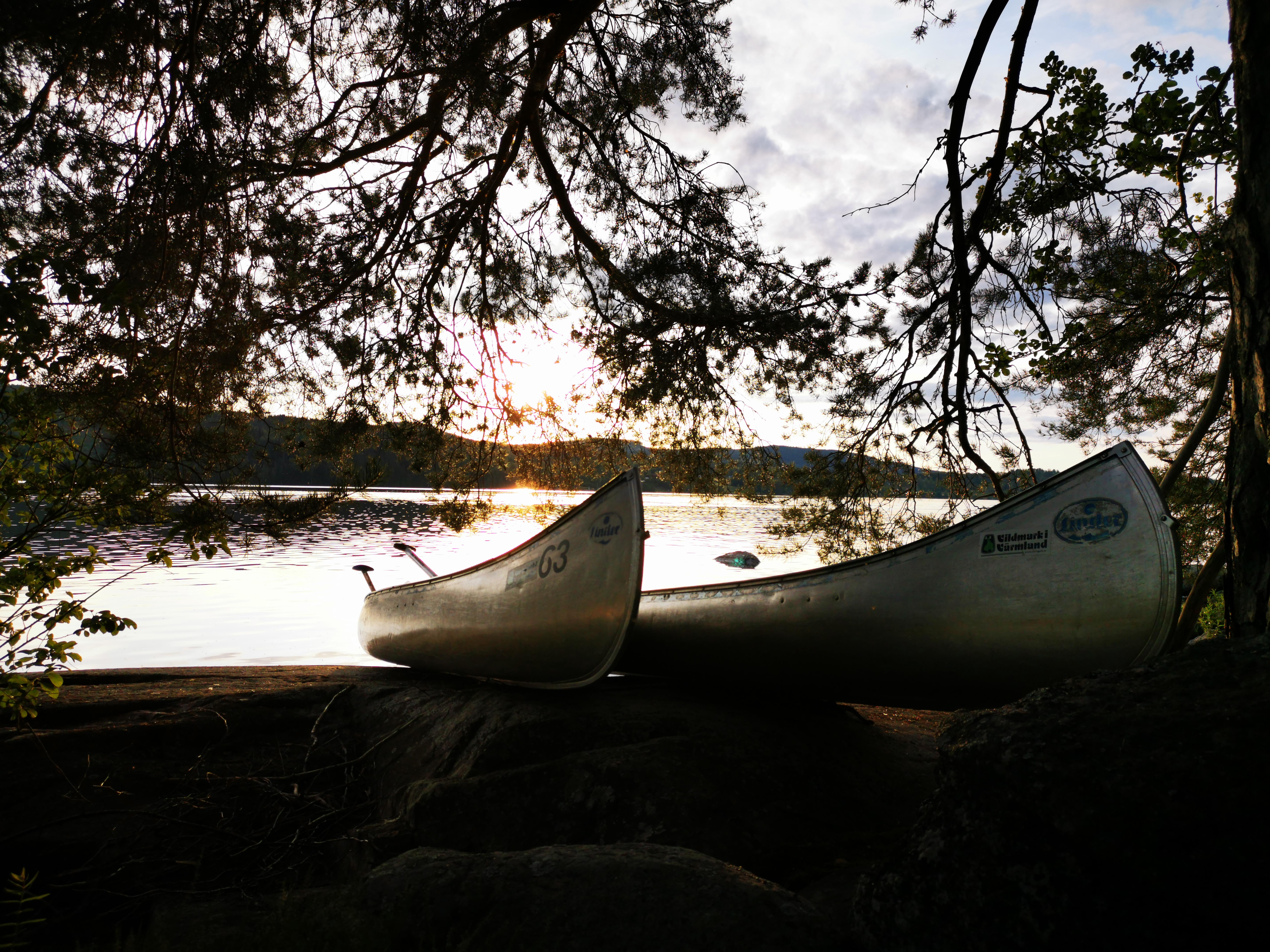 Zwei Boote liegen am See