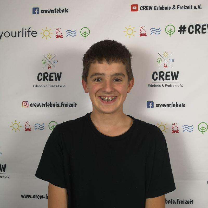 Portrait eines Teenagers vor einer CREW-Messewand.