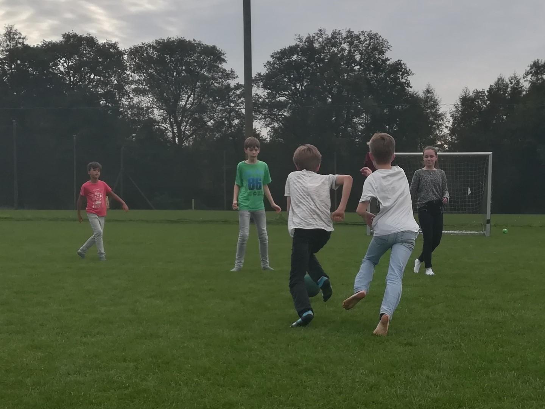 zwei Jungen rennen auf Fußballtor zu