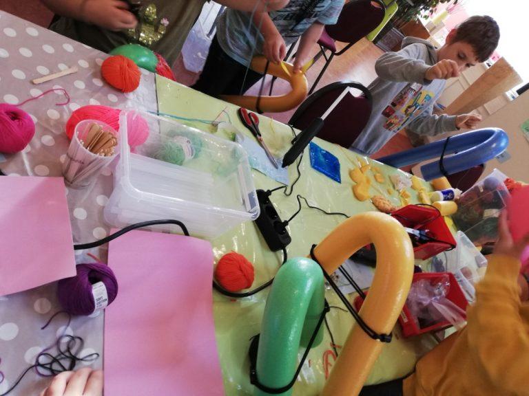 Tisch voller Bastelmaterialien