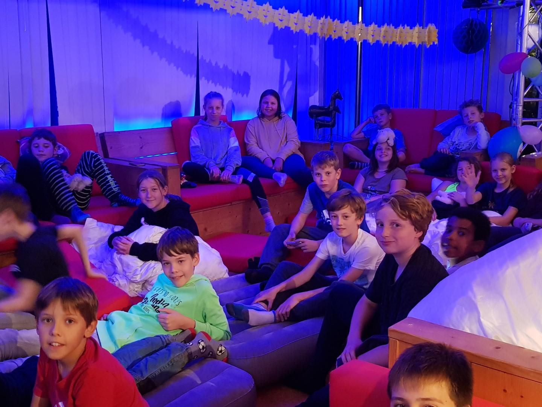 Kindergruppe auf Sofas