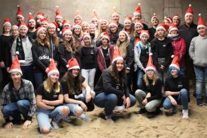 Gruppenfoto von CREW Mitarbeitern mit Weihnachtsmützen