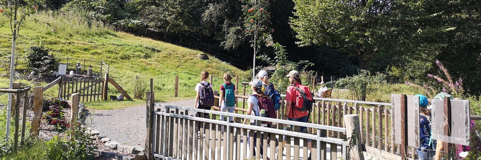 Wandergruppe auf einer Brücke