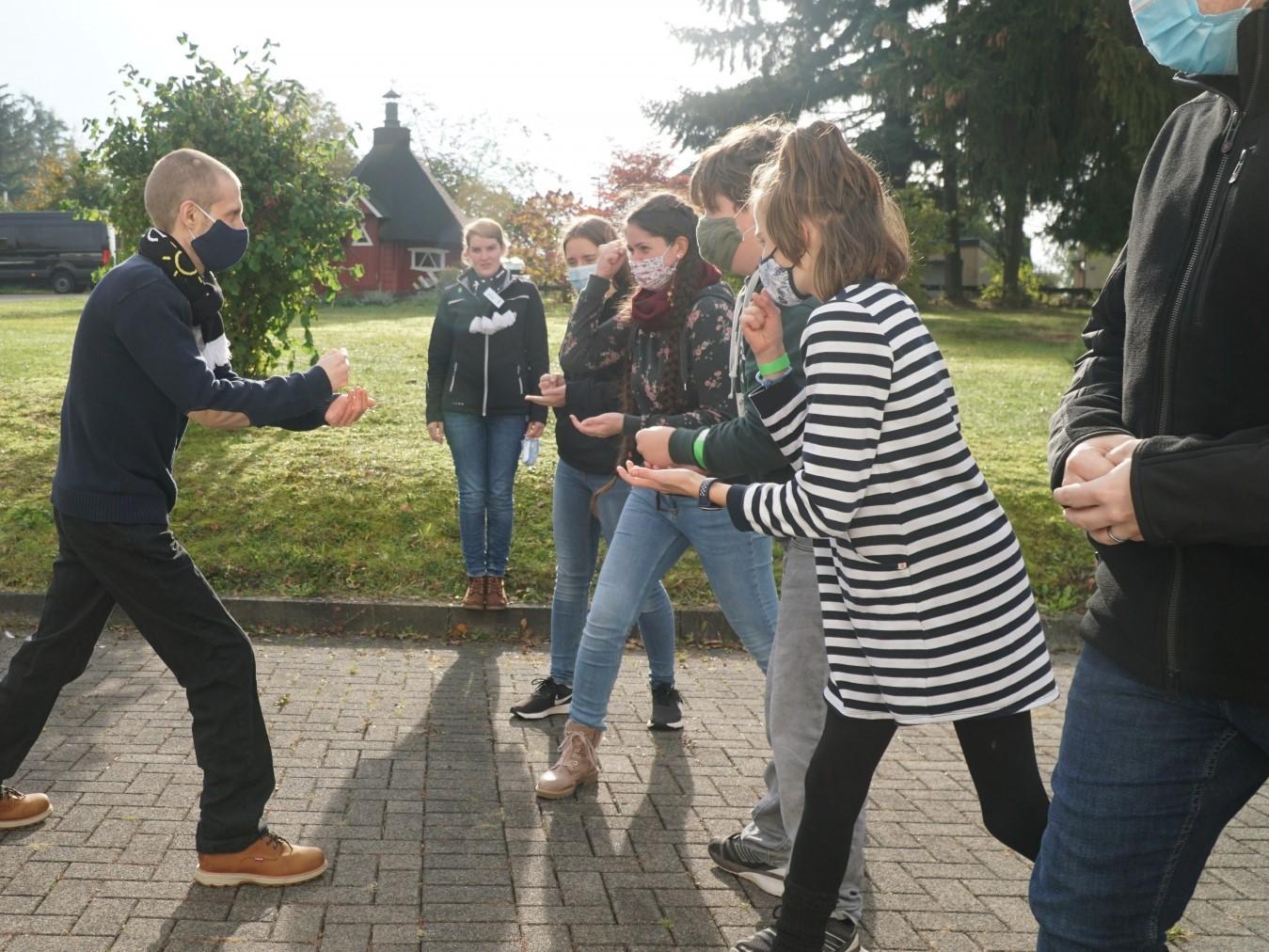 junge Menschen draußen bei einem Gruppenspiel