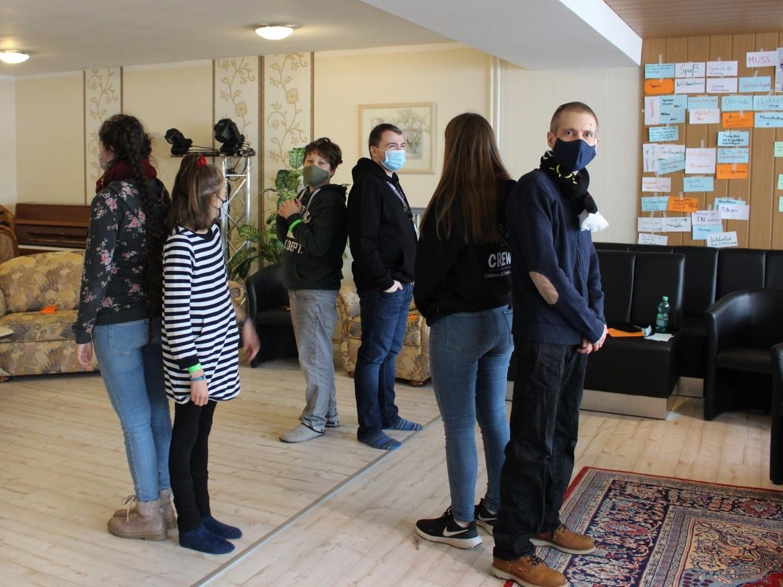 junge Menschen in einem Raum bei einem Gruppenspiel