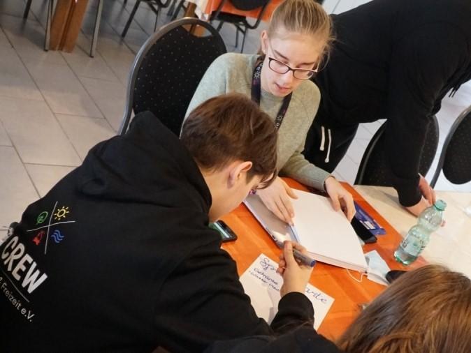 zwei Mädchen schreiben an einem Tisch
