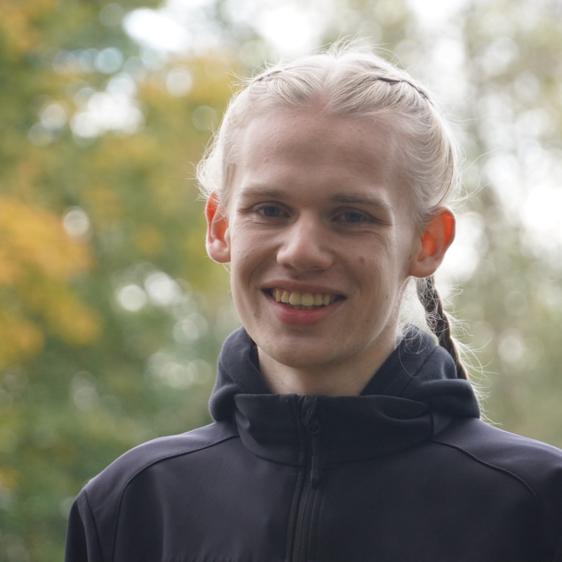 Das Portrait eines lächelnden jungen Mannes.
